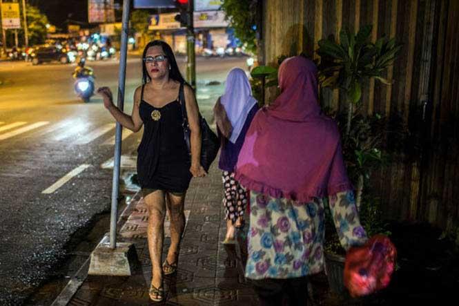 """Eva, Endonezya'da yaşayan bir seks işçisi. Endonezya'da translara """"waria"""" deniyor. Bu kalıp hem kadın hem erkek anlamına gelen bir kelime. (Fotoğraf: Kemal Jufri - NY Times)"""