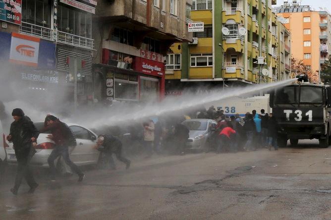 Diyarbakır'ın Sur ilçesindeki Ocak ayının başında yaşanan protestodan bir kare. Sertaç Kayar / Reuters