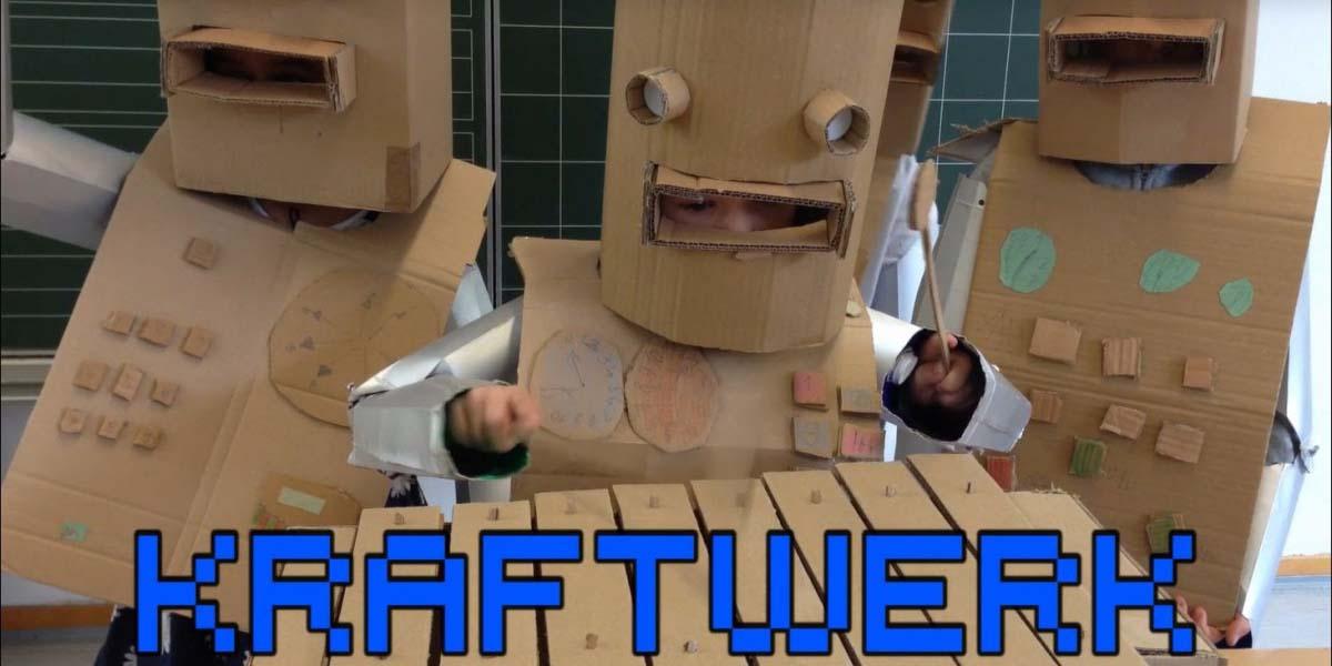 Öğrenciler Kraftwerk'in The Robots şarkısını karton robot kostümleriyle performe ettiler