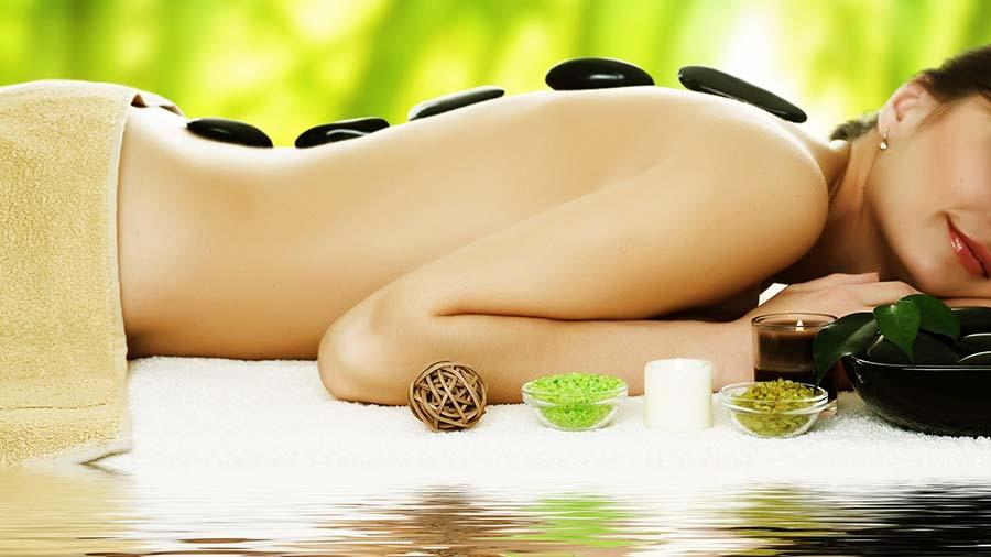 Spa masajı reklamlarından görmeye alışkın olduğumuz bir görüntü