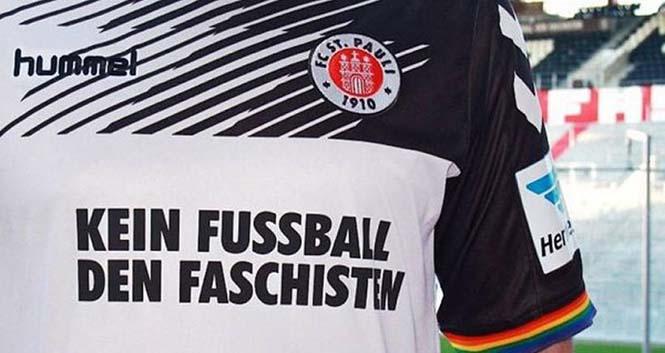 """St. Pauli takımının """"Faşistlere futbol yok"""" yazılı forması."""