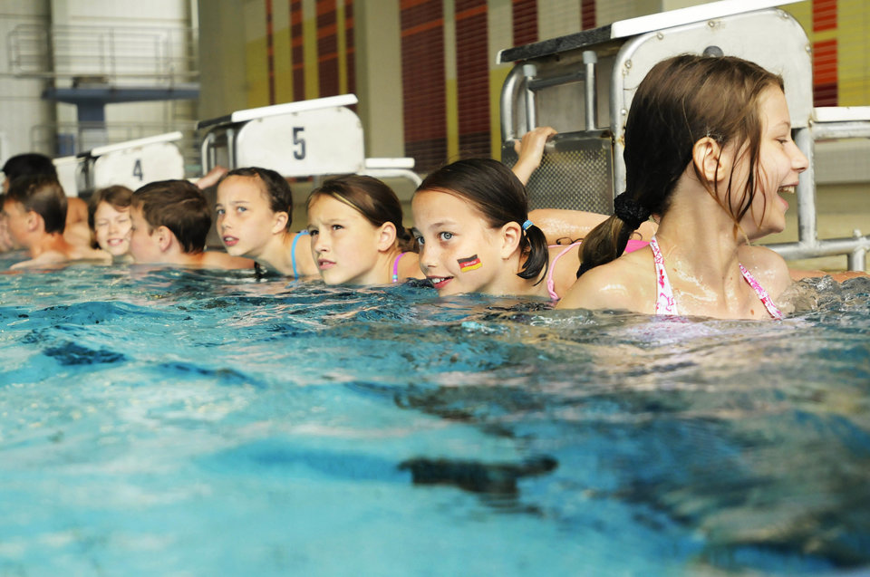 (GERMANY OUT) Germany Berlin - pupils of the 7th and 8th classes swimming during a school triathlon - 19.06.2010 (Photo by Konzept und Bild/ullstein bild via Getty Images)