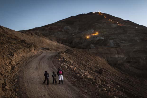 """Bolivien, Potosi, Cerro Rico. Wenn Yoddy, Paul und Israel von der Schule nach Hause kommen wird es bereits dunkel. Nicht selten begegnen ihnen während des Aufstiegs betrunkene Minenarbeiter. Yoddy lebt nicht gerne zwischen den """"Mineros"""". Sie fühlt sich unwohl und sagt, dass viele der Männer sie belästigen. Aufgenommen am 24.04.2013 © Jonas Wresch / Agentur Focus"""