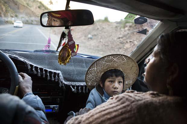 Maxima, kaybettiği eşinin kardeşi ve üç çocuğuyla birlikte Miraflores adlı köydeki termal kaynak suyuna gidiyor.