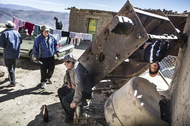 Her cuma günü, vardiyaları sırasında veya hemen önce, madenciler ucuz (ve %96 oranında alkol içeren) içkiyi içiyorlar. Israel, madencilerin yanıbaşında eski bir makinenin paslı bir parçasını bulmuş, egzersiz yapmak için kullanıyor.