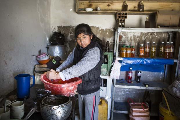 Yoddy eve yakın yerlerde çalışan madencilere satmak için mutfakta öğle yemeği hazırlıyor. Arkadaki içecekler de satılmayı bekliyor.