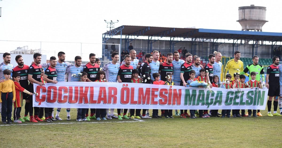 """AmedSpor, daha önce tribünde açıldığı için """"ideolojik propaganda"""" gerekçesiyle ceza almasına neden olan pankartı Fenerbahçe maçında da açmış; Fenerbahçeli futbolcular da pankartı sahiplenmişti."""