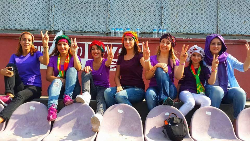 Kadın taraftar grubu Mor Barikat...