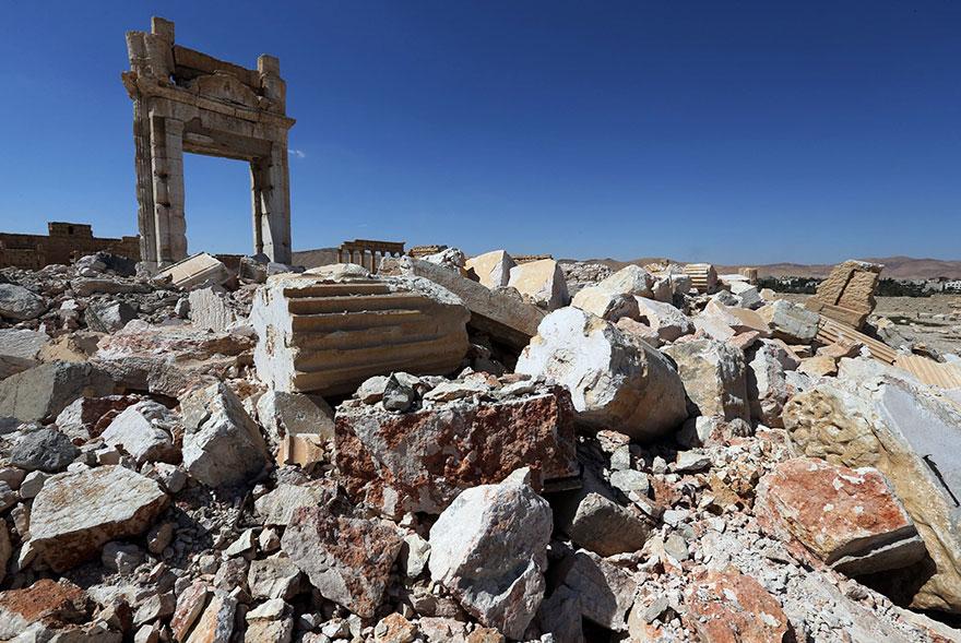 Baalshamin Tapınağı bir zamanlar bu iki sütun arasından görünmekteydi.
