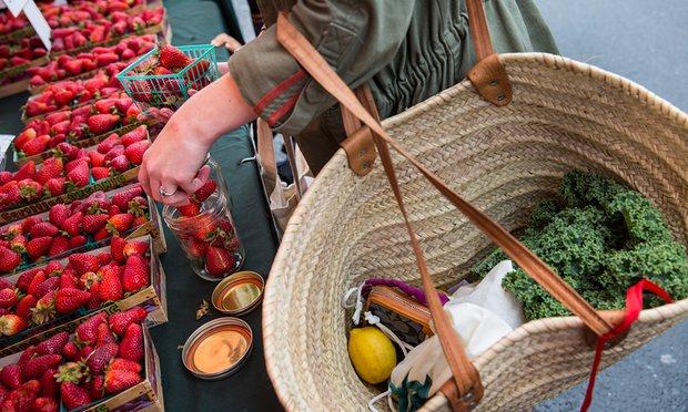 Kathryn Kellogg Vallejo'da bir pazarda alışveriş yapıyor. Fotoğraf: Andrew Burton, Guardian