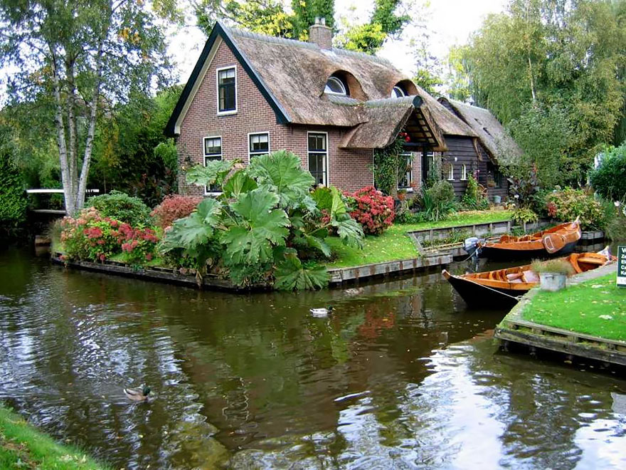 "Image credits: brainparking.com  Masalsı bir kitaptan fırlamış köy ""Giethoorn"" water village no roads canals giethoorn netherlands 8"