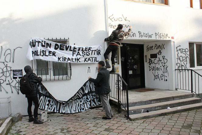 Endonezya'nın punklara saldırılarını protesto eden punklar.