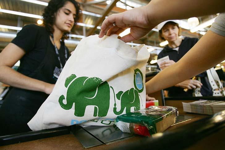 San Francisco'da plastik poşet yasağı sonrası, çoğu markette kendi bez poşetini getirene indirim yapılıyor.