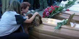 Köpek dostu, İtalya'daki korkunç depremde yaşamını yitiren yoldaşının tabutunun yanından ayrılmak istemiyor