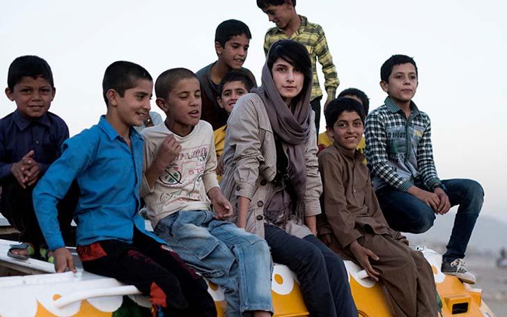neda-taiyebi-afgan-cocuklar-icin-tanklari-boyuyor