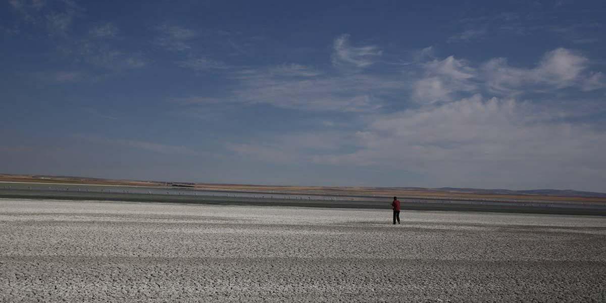 Fotoğrafçılar Tuz Gölü'ndeki kuraklığı ve yok olma tehlikesini belgeledi