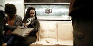 """Meksiko metrosundaki """"penisli koltuk"""" erkekleri cinsel istismar konusunda bilinçlendirmeyi amaçlıyor"""