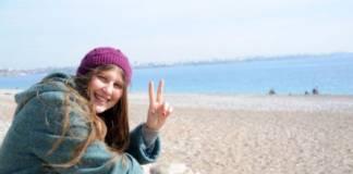 """Gezi'nin """"kırmızı fularlı kız""""ı Ayşe Deniz Rakka'da hayatını kaybetti"""