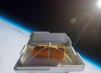 YouTuber Tom Scott, uzaya gönderilen bir ekmeğin tadının nasıl değişeceğini görmek için bir hava balonu ile 35 km yüksekliğe sarımsaklı ekmek gönderdi.