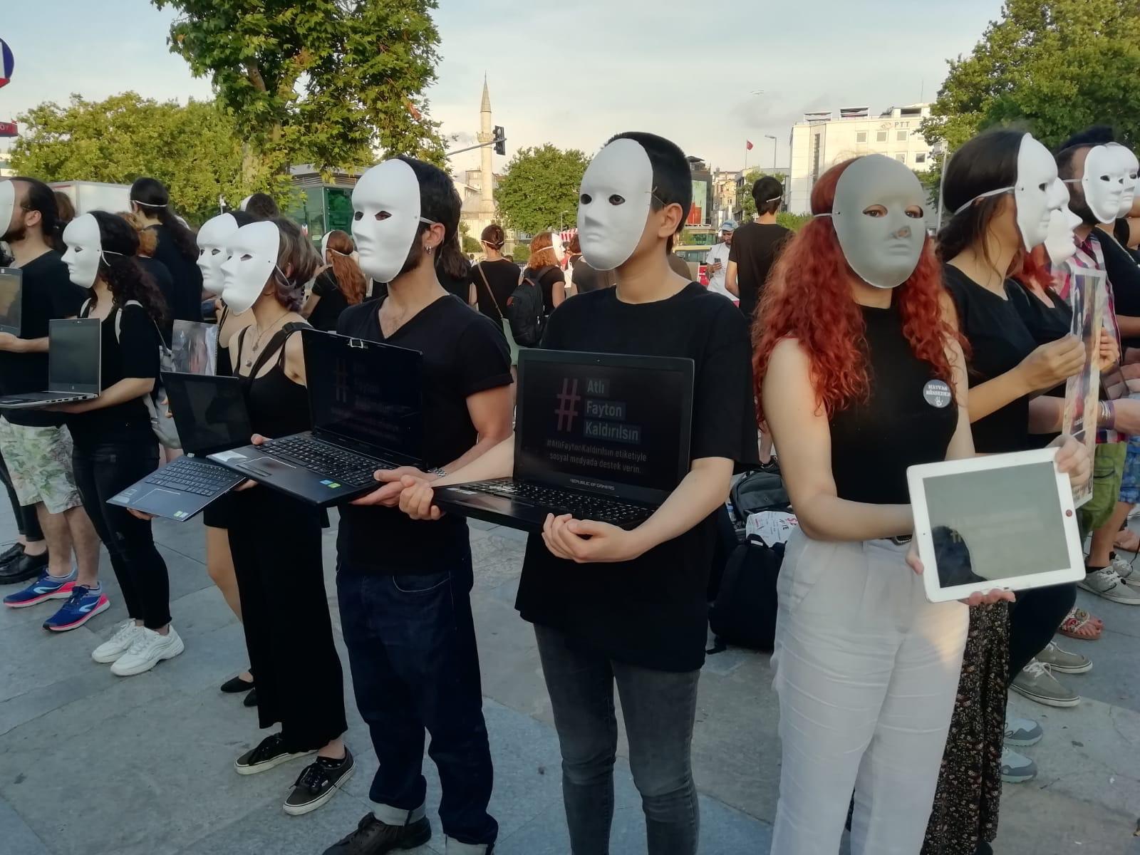 Atlı faytonlara karşı Kadıköy'de gerçeklik küpü eylemi yapıldı | Gaia Dergi